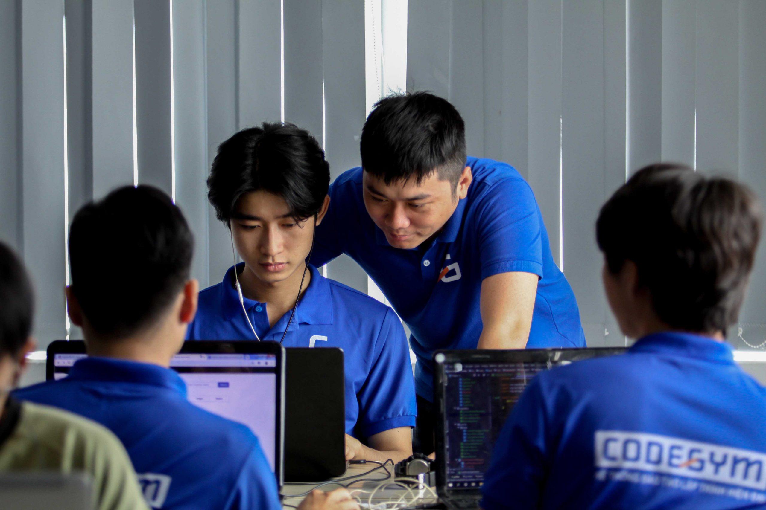 tutor-huong-dan-hoc-vien-hoc-lap-trinh