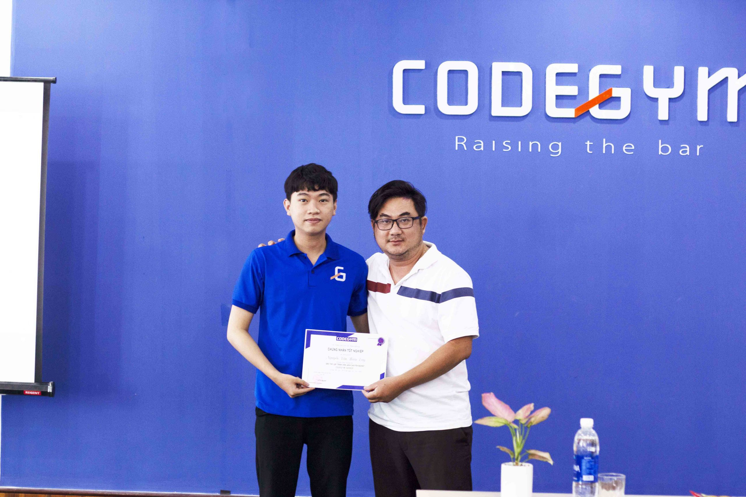 Giám đốc CodeGym Đà Nẵng trao chứng chỉ tốt nghiệp