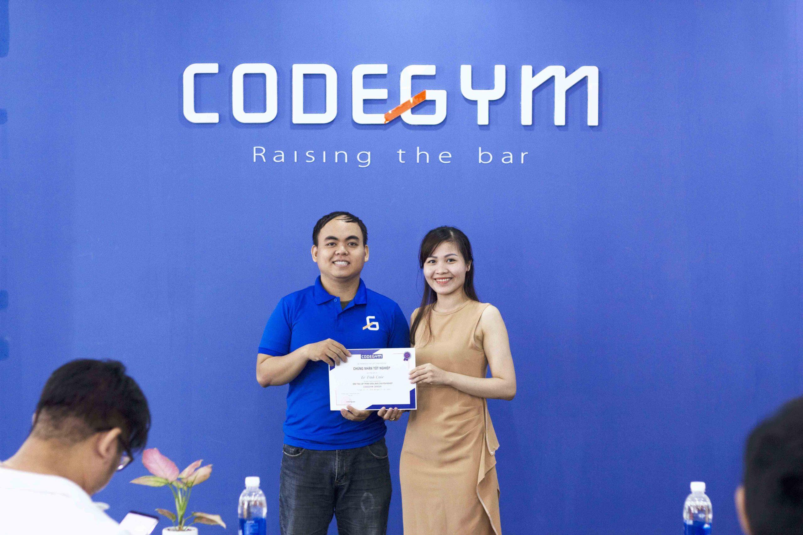 Giám đốc đào tạo trao chứng chỉ khóa lập trình Java cho học viên